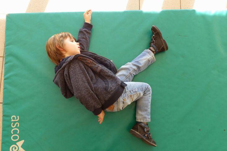 """Pour commencer ce projet """"mobiles"""", nous avons fait de la motricité.  Avec le jeu des statues, les élèves devaient proposer des poses..."""