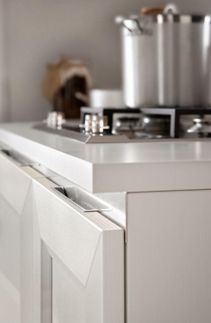 La gorge plate et la prise en aluminium finition blanc ou acier s'intégrent avec la structure et la porte, répondant ainsi à un goût contemporain.