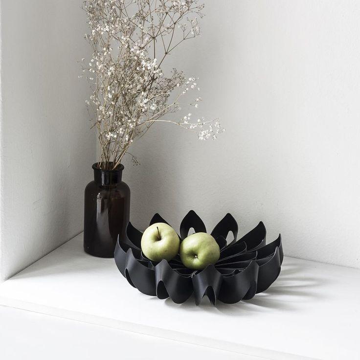 Petals decorative fruit bowl small black / be&liv