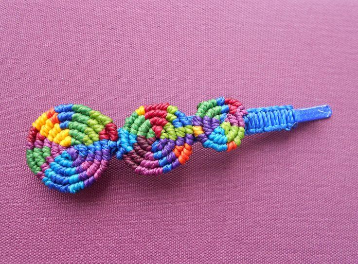 Macramé Barrette à cheveux cercles multicolores : Accessoires coiffure par Macramundi. 12 euros, livraison en France offerte.