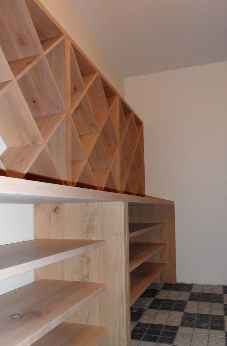 Massief kersenhouten wijnkast in wijnkelder | Chris Postma bijzondere houten meubelen