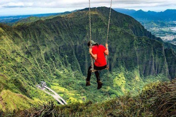 """Качели на вершине острова Оаху, Гавайи  К качелям можно добраться только по лестнице Хайку, ее еще называют """"лестницей в небеса""""."""