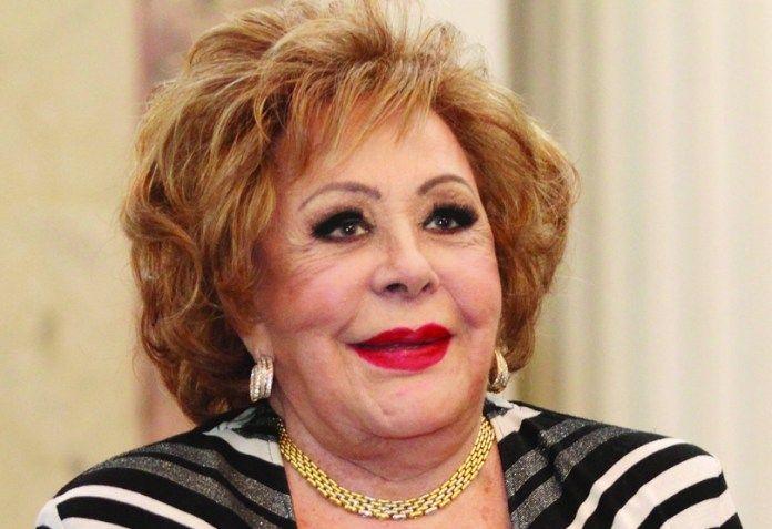 Silvia Pinal - Una de las glorias del cine nacional que a sus 88 años sigue trabajando como si fuera quinceañera, recientemente apareció con el papel de Imelda en la novela 'Mi marido tiene familia'. Televisa estrenará en 2018 una biografía sobre la vida de doña Silvia Pinal.