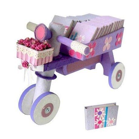 Expositor triciclo para niños con libretas. Detalle comunión. Estos expositores son detalles perfectos para presentar regalos en las comuniones.
