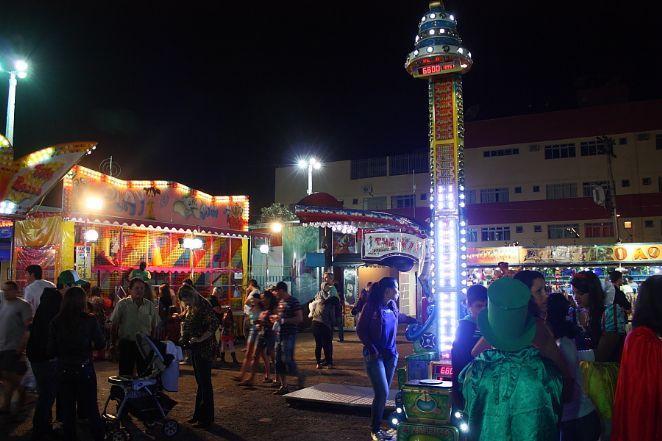Feira do Luar em Caldas Novas, estado de Goiás, Brasil. Comercializa desde artesanatos, roupas, bijuteria e joias, comida. Possui um lindo parque de diversão e Wi-Fi para o público.  Fotografia: Eduardo Andreassi.