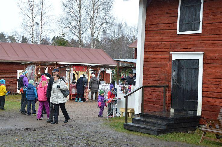 Oulunsalon kotiseutumuseon idyllinen pihapiiri sopii erinomaisesti joulumarkkinoiden järjestämiseen. Luuppi, Oulu (Finland)