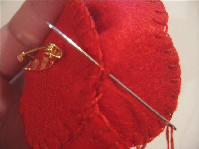 Для изготовления мака нам нужно: 1. Фетр. 2. Выкройка лепестка. 3. Пуговица на ножке (для середины цветка). 4. Бисер. 5. Мулине. 6. Булавка для броши. 1. Вырезаем 4 лепестка. 2. Подбираем мулине в тон с фетром. 3. Начинаем обшивать каждый лепесток обметочным швом (вроде он так называется), петли не затягивайте, они должны быть воздушными, чтоб придавали некоторое ощущение 'мохристости' лепестка.