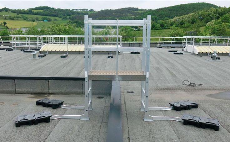 Przejście nad attyka za pomocą drabiny przejściowej VECTAWAY pozwala uniknąć jakichkolwiek przewierceń do poszycia dachu. Dzięki plastikowym obciążnikom o wadze 25 kg (2 sztuki x 12,5 Kg na każdy słupek) zamocowanym na ramionach, system jest stabilny i jest w stanie przenieść siły określone w przepisach. Plastikowe obciążniki oraz gumowe podkładki zapewniają całkowitą szczelność dachu.