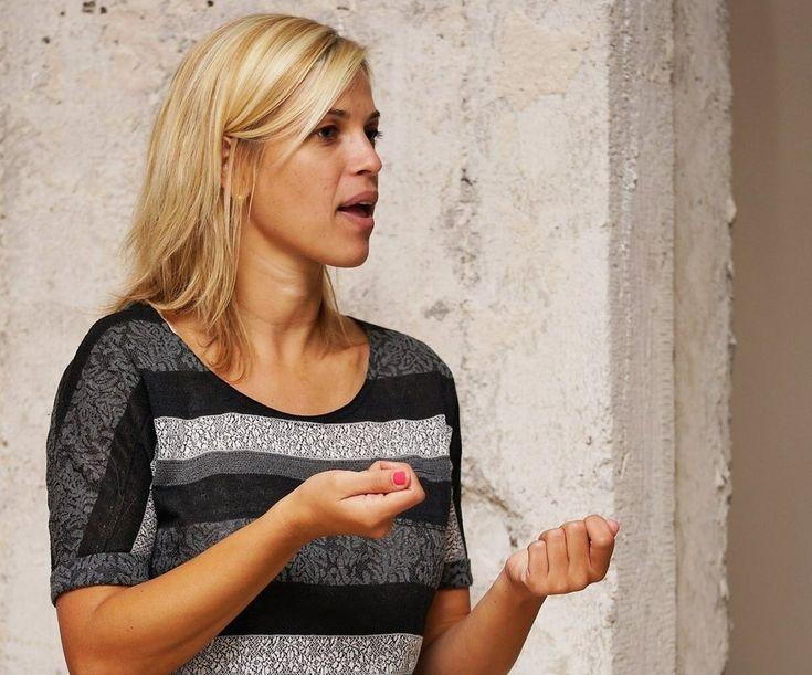 Tlmočníčka posunkového jazyka: Nerada tlmočím hádky, kričia totiž na mňa  Milena Fabšičová (29) považuje posunkový jazyk za svoj materinský. Väčšina jej rodiny je nepočujúca.