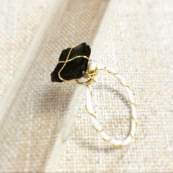 柔らかく薄手の白和紙と金のワイヤーを絡ませ細身の繊細なシルエット仕上げたリング部分と、和紙を幾重にも重ね墨で色付けした黒いチャームをポイントしました。サイズは...|ハンドメイド、手作り、手仕事品の通販・販売・購入ならCreema。