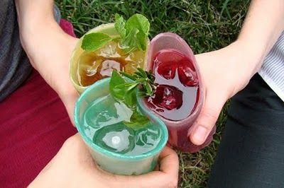 Las diseñadoras de la firma The Way We See The World han diseñado unos vasos comestibles, biodegradables y con sabores, hechos de gelatina. Jelloware, como se hace llamar, es un concepto que reinve…