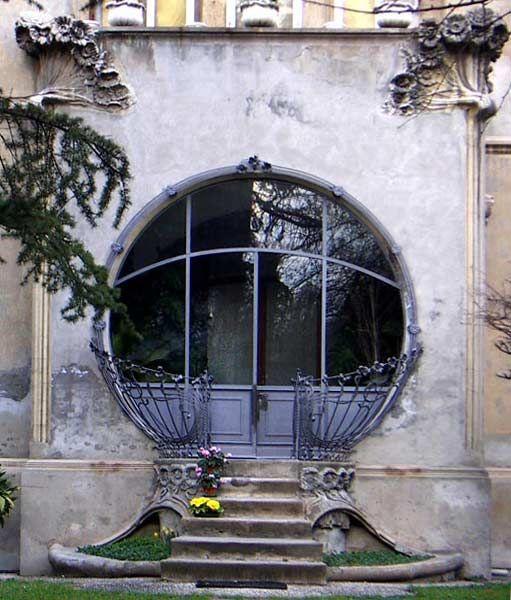 Portale d'entrata di Villa Melchiorri , Ferrara viale Cavour 184 ;  in stile  Liberty  del 1904, progettata dall' ingegnere Ciro Contini , con evidente riferimento simbolico alla professione del committente il  floricoltore  Melchiorre .