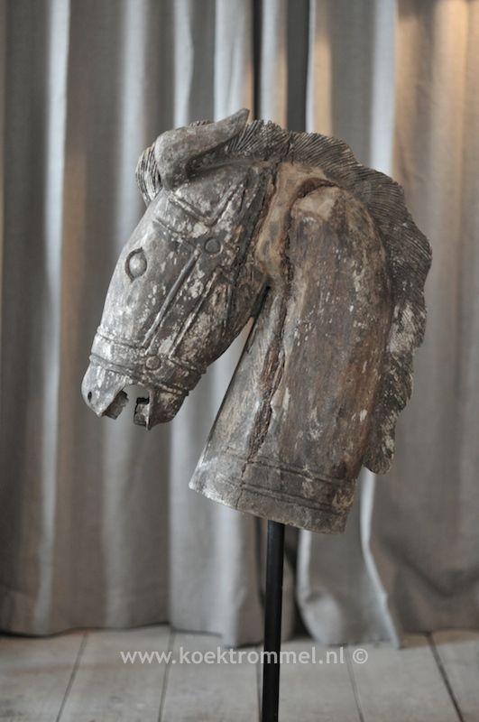 zeer oud, houten paardenhoofd op sokkel
