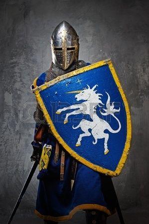 Средневековый рыцарь на сером фоне.