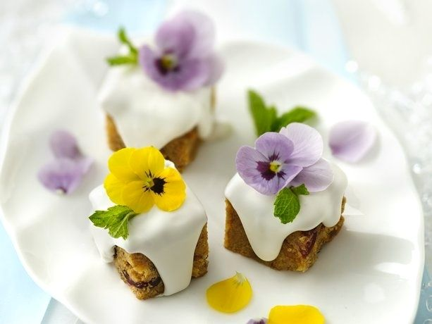 Mini cakes with violets