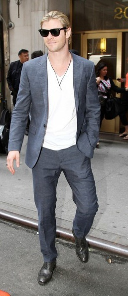 Chris Hemsworth in head - toe Chambray and with a gunmetal distressed wing tip lace up... ruggedly dapper: Bond Men S, Mens Fashion, Stylish Mens, Mens Clothes, Mens Outfit, Giyim Mens