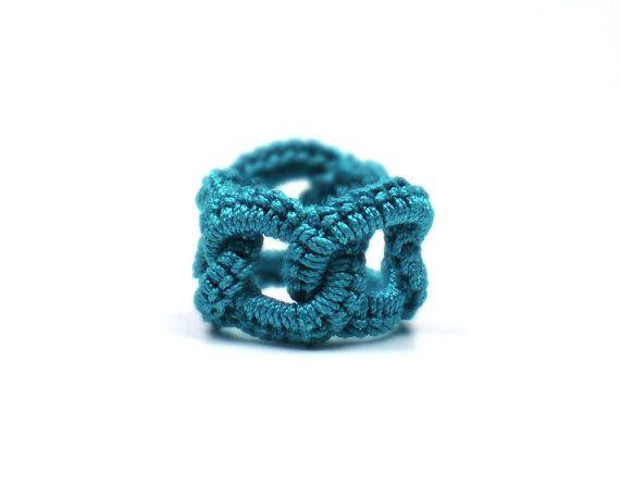 Ganchillo anillo imitación Chainmail enclavamiento círculos Teal fibra banda  Anillos y más anillos, eso es lo que encontrarás en este anillo de imitación de cota de malla. Para ser exactos, un total de 5 patos que se enclavija crochet anillos. Estos no son anillos de metal cubiertos en crochet, pero reales anillos de cadena solamente. Cada anillo medidas aproximadamente 2 1/2 pulgadas (6,4 cm) alrededor de 1/2 pulgada (1,3 cm) de ancho. Usted encontrará que el anillo ajusta una multitud de…