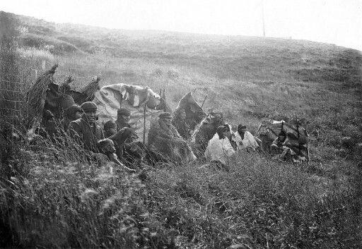 Familia selkman arrinconada junto a un cerco , a principios del 1900.