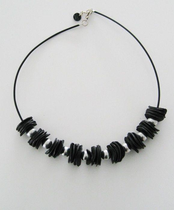 Halsband gjort av återvunnen cykelslang och aluminiumkulor. Necklace made of recycled rubber and large aluminium beads.