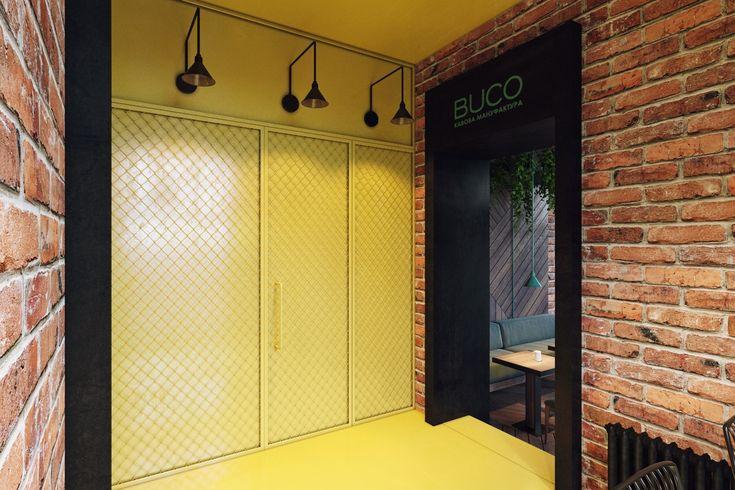 Когда дизайнеры студии Zooi сняли штукатурку со стен старого здания, под ней оказалась красивая кладка из красного кирпича. Материал решили ничем не облицовывать.