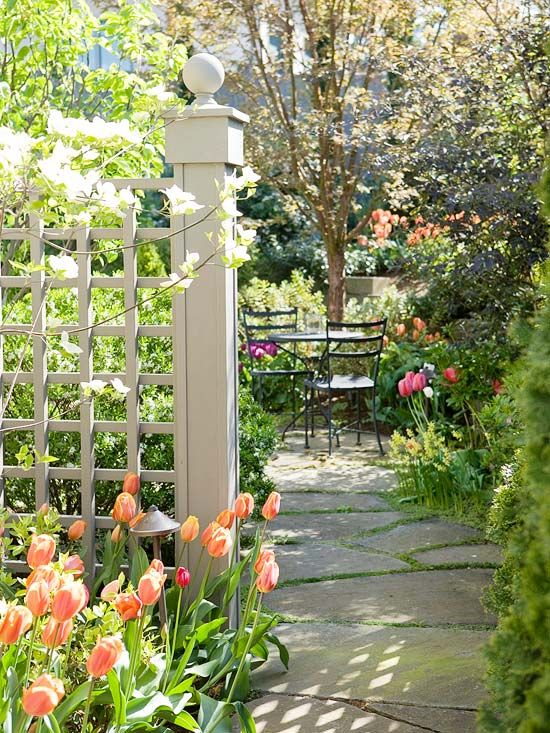 Fences and tall hedges turn this pretty patio into a private backyard getaway.