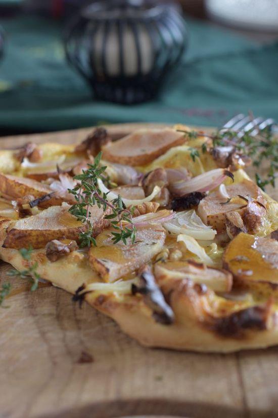 Flammkuchen mit Birne, Walnuss und Zwiebeln