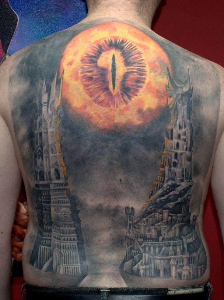 Cooler Herr der Ringe sehr detailliertes farbiges Tattoo am ganzen Rücken