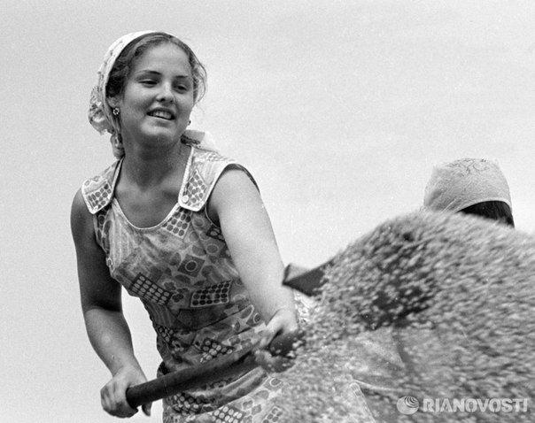 Девушка за работой по просушке зерна в колхозе «Красное Знамя» на Украине. Фото: Лев Носов,1977 год.