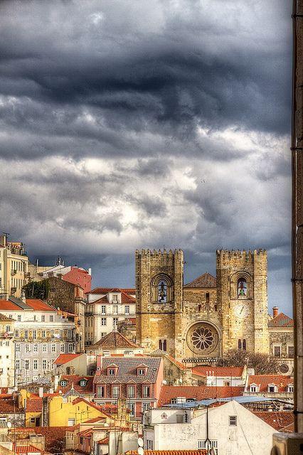 LISBOA, PORTUGAL. Catedral da Sé, vista do bairro Chiado. Foto by paulu, via Flickr.