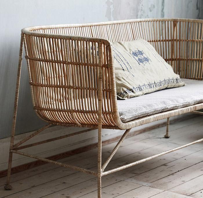 Pohovku Coon navrhla dánská značka House Doctor. Pohovka je navržena z ocelové konstrukce a tkaného ratanu.