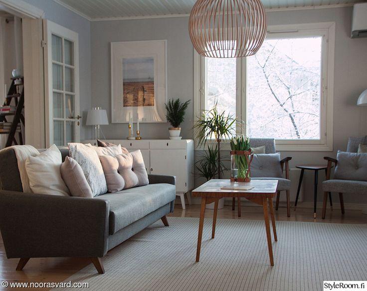 Olohuoneemme sisustus elää hurjasti. Ilme muuttuu edullisesti tyynynpäällisiä vaihtamalla. Melkein kaikki talomme huonekalut ovat vanhoja, jotka olen itse verhoillut tai entisöinyt. Vanha talo vaatii vanhoja huonekaluja ja tykkään sekoittaa vanhaa sekä uutta. Heikkouteni ovat vanhat klassikot, va...