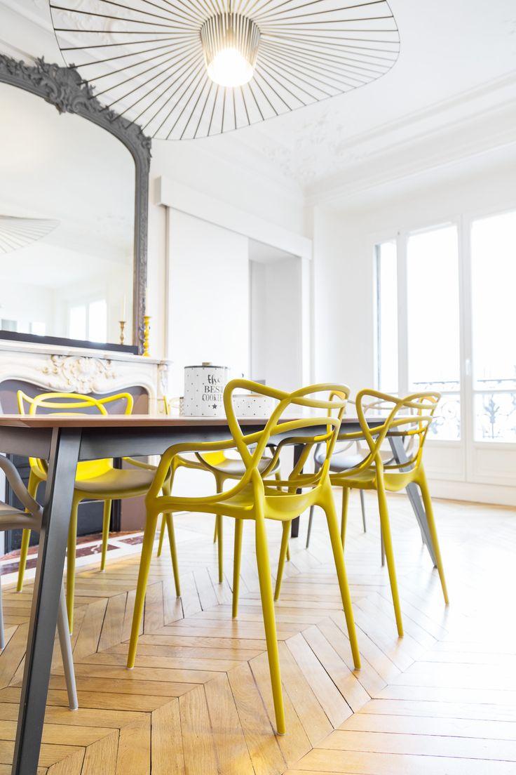 chaises modernes contrastant avec le parquet en pointe de Hongrie - appartement haussmannien parisien réaménagé par Coralie Vasseur