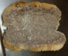 PANINO CON SBRICIOLATA Panino farcito con carne macinata cotta su piastra insieme al formaggio e al prosciutto cotto e ripassato su piastra.