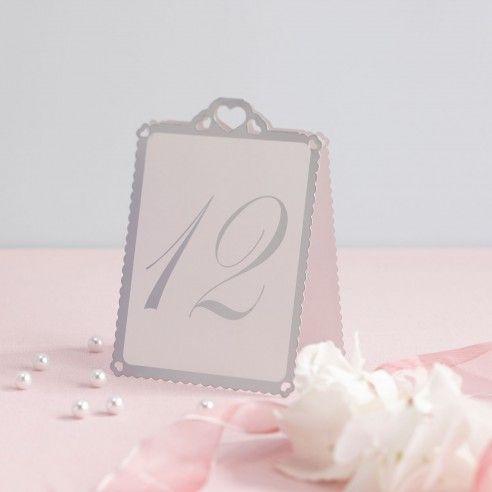 Met deze set van 12 kaartjes met de nummers van 1 - 12 gaan de gasten makkelijk hun tafel vinden. De kaartjes zet je gewoon op tafel. De kaartjes zijn wit en de nummers en de omranding zijn in het zilver. Bovenaan het kaartje zijn er drie hartjes uitgesneden.