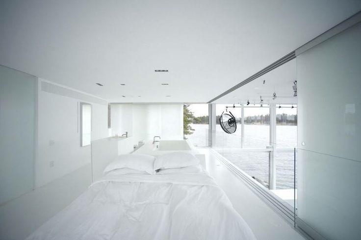 Budova slouží jako fotografické studio, v dvoupodlažní hale je však vloženo patro, které slouží jako fotografův soukromý byt.  Foto: gh3 designs