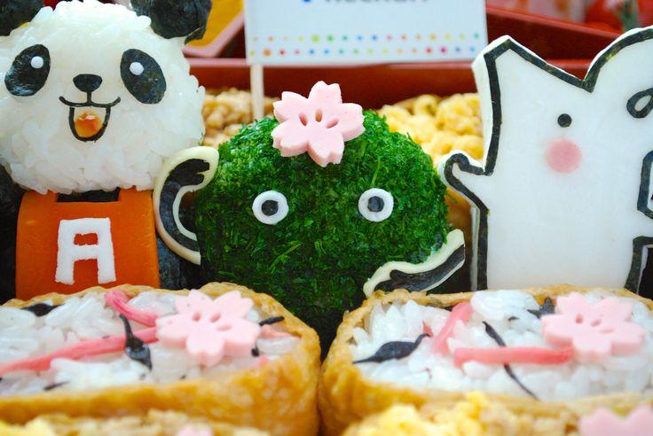 【お花見はワクワク重ねた行楽弁当で】 日本中が愛する、桜の季節。 桜の花びらに囲まれるのは、リクルートのキャラクターたち。