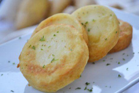 Die Kartoffeltaler schmecken mit einem Kräuterdip köstlich. Dieses Rezept ist ideal für den kleinen Hunger.