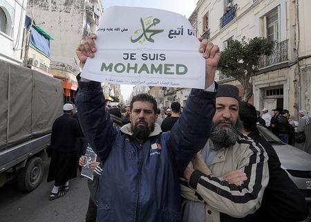 イスラム教の預言者ムハンマドの風刺画掲載に対し「ジュ・スイ・ムハンマド(私はムハンマド)」と皮肉を込めて抗議するアルジェリアの男性=16日、アルジェ(AFP=時事) ▼18Jan2015時事通信|4割超が反対=預言者の風刺画掲載-仏世論調査 http://www.jiji.com/jc/zc?k=201501/2015011800163