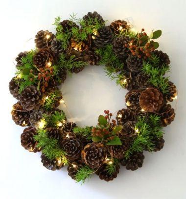 Easy DIY pinecone wreath in one hour // Egyszerű karácsonyi toboz koszorú fényfüzérrel // Mindy - craft tutorial collection // #crafts #DIY #craftTutorial #tutorial #DIYCheapHomeDecor #DIYHomeDecor #KreatívDekorációk