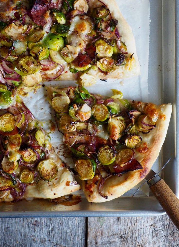 Pizza med rosenkål og salami