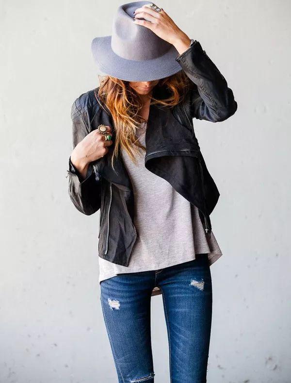 A jaqueta de couro deixa o weekend look de jeans e t-shirt muito cool, quando arrematado com um chapéu.