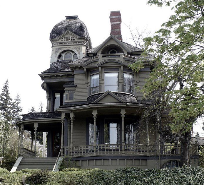 Gothic house! I'd love to live here, imagine having a Halloween party