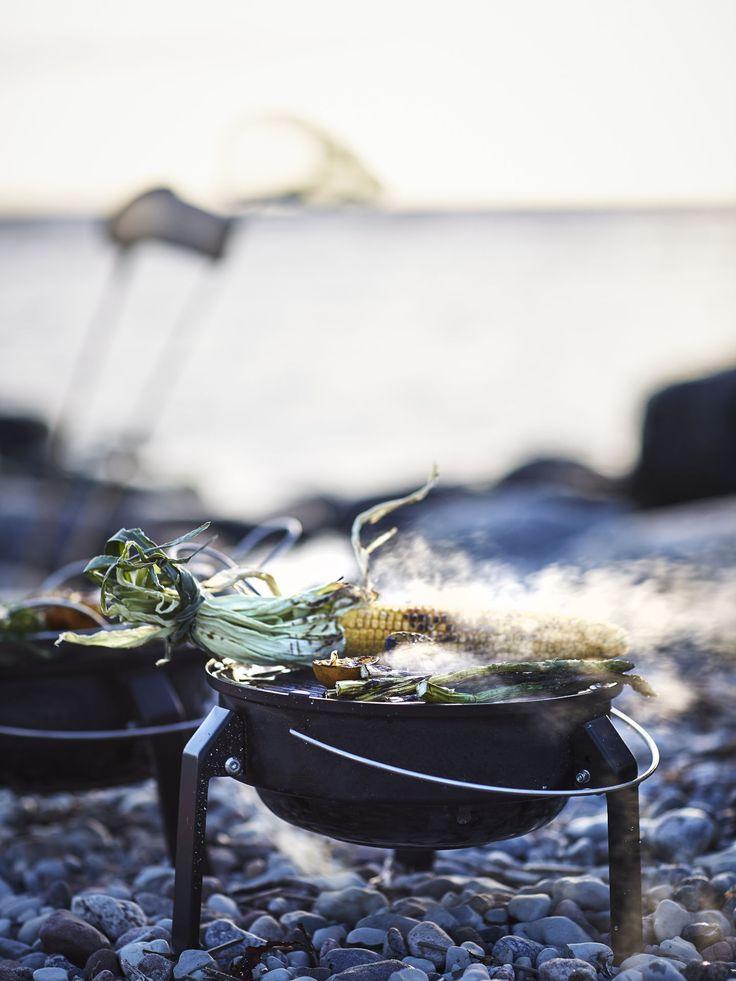 KORPÖN barbecue   IKEA IKEAnl IKEAnederland inspiratie wooninspiratie interieur wooninterieur bbq draagrbaar houtskool houtskoolbarbecue zwart buiten tuin balkon eten dineren strand park camping rond