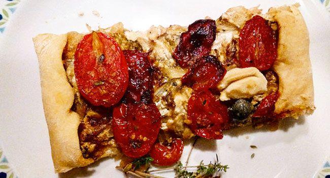 Questa torta rustica vegana che vi propongo è davvero facilissima. Molto semplice, con ingredienti che si amalgamano alla perfezione e ricordano vagamente alcuni accostamenti della mia Sicilia.