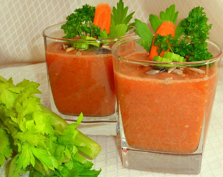 Коктейль из сельдерея, яблок, моркови и свеклы. В чем польза: сельдерей помогает вывести шлаки из организма и очистить кровь; яблоки полны антиоксидантами, они избавляют от токсинов; свекла выводит избыточную жидкость, снижает уровень сахара в крови и нейтрализует вредные вещества; морковь очень полезна для печени и кишечника.