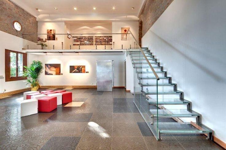 Escada e corrimão de vidro