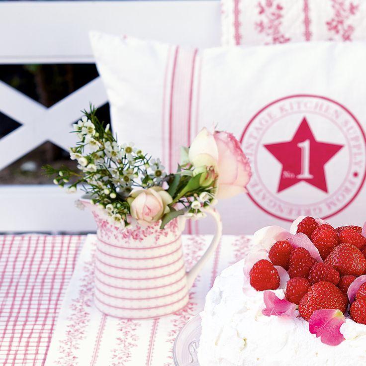"""Wir sind entzückt von dem hübschen Krug """"Audrey"""" von GreenGate. Sein bezauberndes rosa Streifenkleidchen überzeugt auf ganzer Linie und sein von Blumen gesäumter Kannenrand verleiht dem Krug eine feine nostalgische Note - egal ob Saft oder Milch, aus der Kanne schmeckt alles doppelt lecker: http://www.nostalgieimkinderzimmer.de/greengate-kleiner-krug-audrey-raspberry.html"""