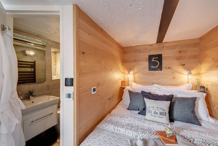 บริเวณห้องนอนไม่ใหญ่มากแต่ก็สามารถวางเตียงขนาด 5 ฟุต (เท่าที่กะจากสายตา) ได้ครับ  โคมไฟหัวเตียงเป็นแบบฝังที่ผนังเนื่่องจากพื้นที่จำกัด