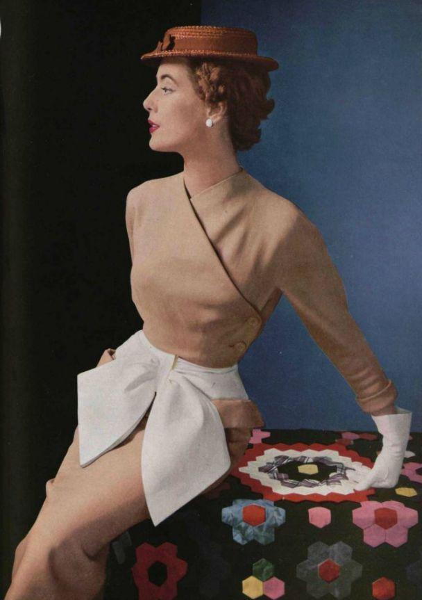 Un sofisticado vestido en marrón y blanco de la Casa de  Balenciaga, 1952.