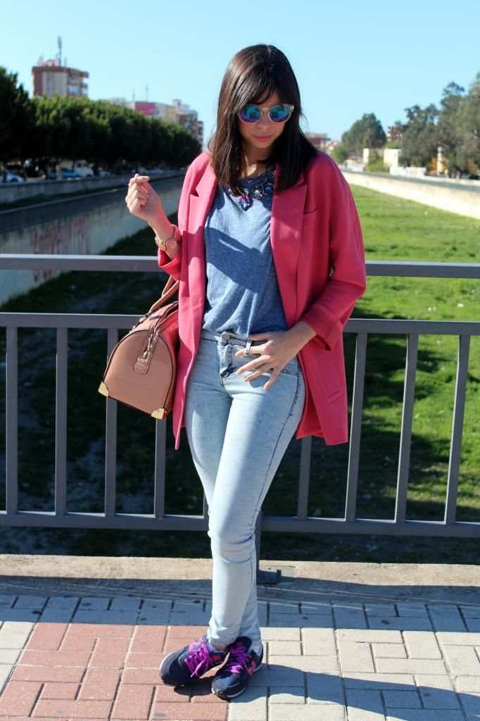 Look con zapatillas sneaker new balace y abrigo rosa
